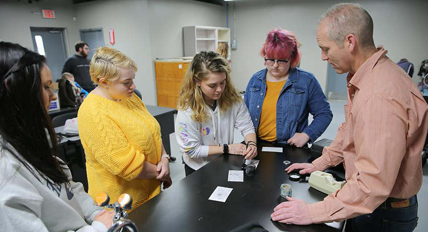 Vol State instructor Frank Ragains demonstrates fingerprinting techniques. 学生们 left to right: Mick Fairchild of Hendersonville; Abby Smith of Smith County; Caitlyn Cook of Portland; and Hannah King of Mt. Juliet.